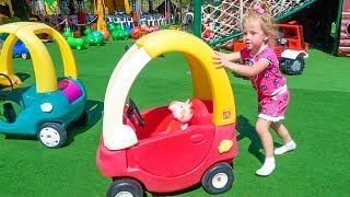 स्टेसी खेल के मैदान में अपने पसंदीदा खिलौने के साथ चलती है।