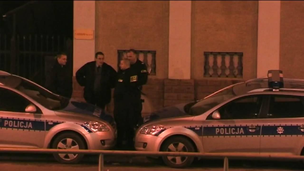 POLICJA i rozkraczony radiowóz.