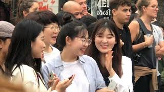 Hot Girl Hàn Quốc Há Mồm Khí Xem Nhóm Nhảy VN Tại Phố Đi Bộ Hà Nội