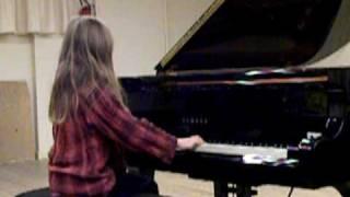 """Emma interprète au piano :  """"Boogie n°1"""" de Gérald MARTIN."""