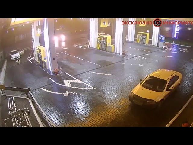 В Киеве фура влетела на заправку и перевернула Hyundai: видео момента аварии