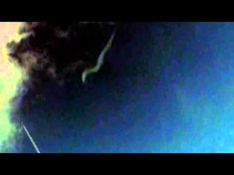 Shapeshifting sky worm / sky serpent, near chemtrail, UFO/OVNI 28 Jan 2014 MUST SEE!!