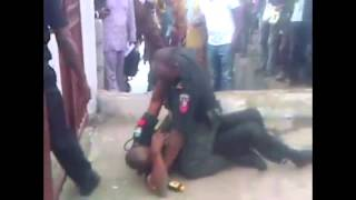 Two Nigeria Police Officers caught fighting in lagos
