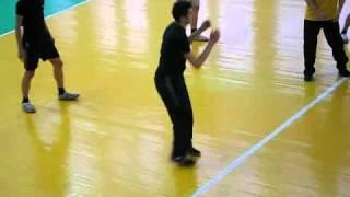 Неадекватный больной псих студент играет в волейбол