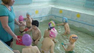 ✈ Бассейн в детском садике. Один день в детском саду. Ваня учится плавать(Ваня учится плавать. Детский сад занятие в бассейне. Плавание в бассейне детского сада. Показательное итого..., 2016-04-26T17:55:58.000Z)