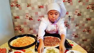 Пицца  1. С помидорами и колбасой,  2. С фаршем и солеными огурцами