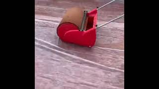 Rullo asciuga campo tennis in terra rossa.