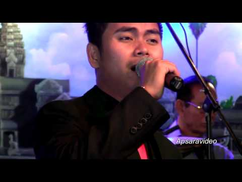 """Samal is singing my requested song """"Smaan Min Trov"""" at Grand Paradise Restaurant"""