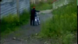 пьяный мужик на велосипеде.(мужик едет на велосипеде и падает., 2016-06-19T17:58:36.000Z)