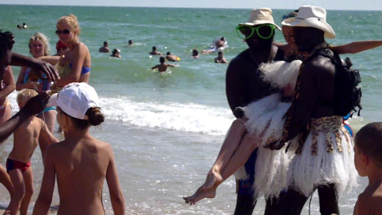 Два негра подкатили к телкам на пляже