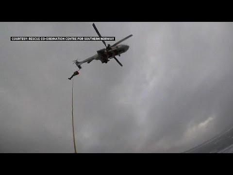 شاهد: مقتطف من عملية إنقاذ ركاب السفينة النرويجية -فايكينغ سكاي- عبر الجو…  - نشر قبل 20 دقيقة