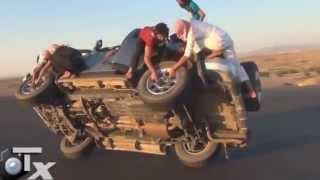 مجموعة من الشباب السعوديين يغيرون عجلات السيارة وهي تسير بسرعة