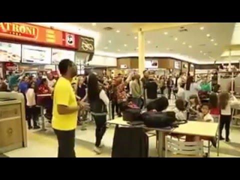 Mulheres fazem shopping todo canta Raridade