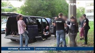 В Киеве трое мужчин средь бела дня похитили молодого парня