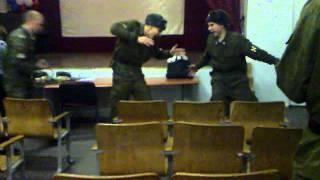 Лейтенант и рядовой отжигают наубой