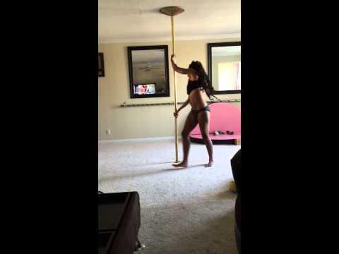Откровенный танец мамы с дочкой вызвал гнев интернет-пользователей