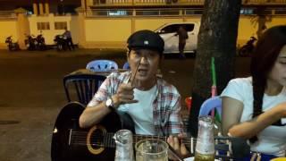 Nghệ sĩ Thế Phương dùng đũa đánh đàn khiến cả khu phố sửng sốt