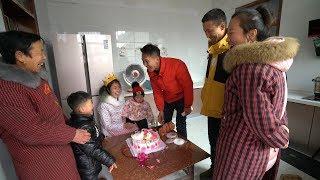 二牛送蛋糕给老婆,掀开后一家人开心的笑了,小小蛋糕寓意美美哒