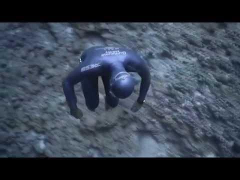 Фридайвера уносит океанское течение / Free diver ocean takes over
