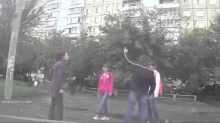 Девушка втащила парню  Видео драки 2013