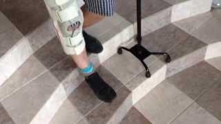 Физическая реабилитация на дому после инсульта. Д.С. По лестнице ВНИЗ, с четырёхопорной тростью(, 2014-06-12T15:54:40.000Z)