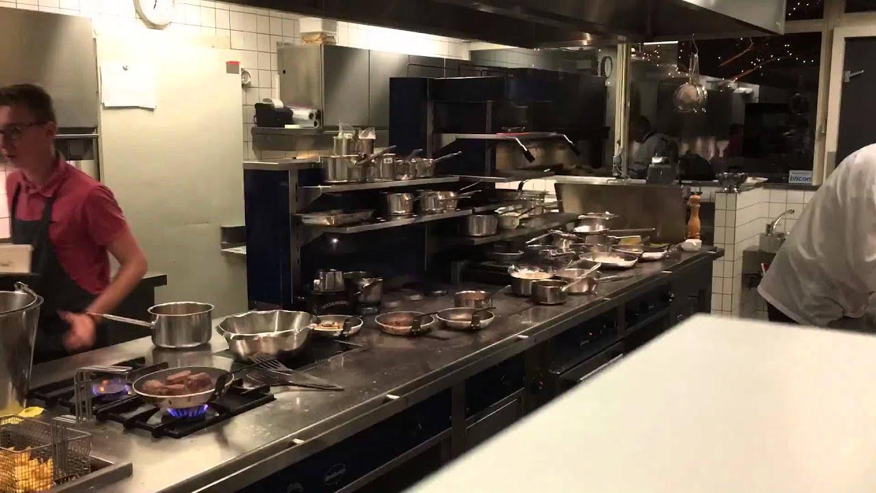 De piek van een diner op vrijdagavond bij De eetkamer in Goirle ...