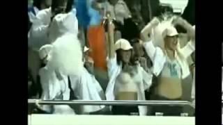 Las Chicas muestran sus senos en el Estadio y la gente enloquece!!!