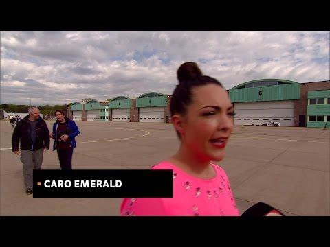Interview met Caro Emerald voor vertrek met helikopter naar Bevrijdingsfestivals