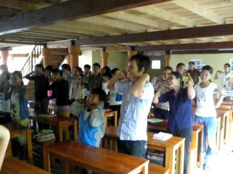 Cha dạy em tập thể dục buổi sáng - Kontum: Vinh Sơn 1