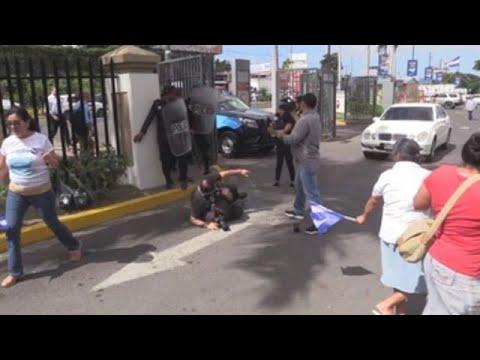 Policías nicaragüenses golpean