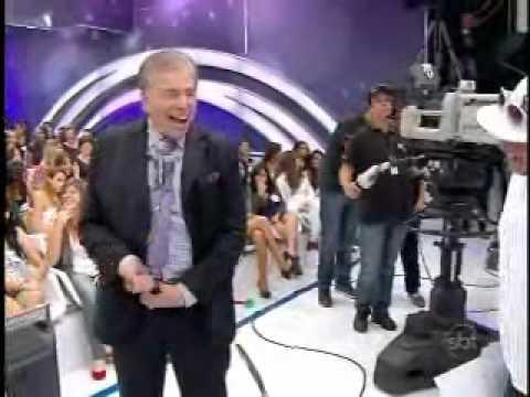 0 Calça de Silvio Santos cai ao vivo