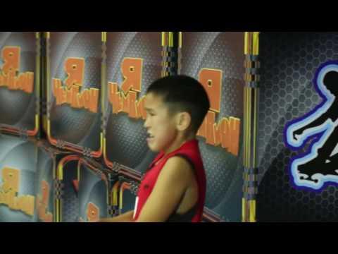 Мальчик стал звездой интернета! Боролся до конца в игре перетягивание каната!