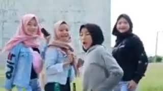 Download Video Jilbab kimcil goyang pengen hits MP3 3GP MP4