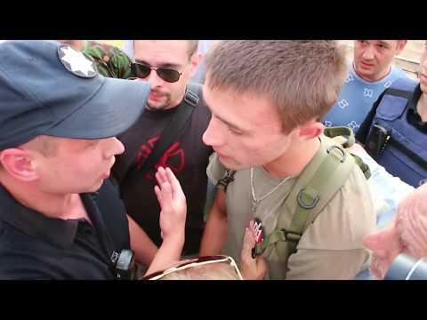 Патрульные кинулись на одного из молодых патриотов Украины за попытку бросить куриным яйцом