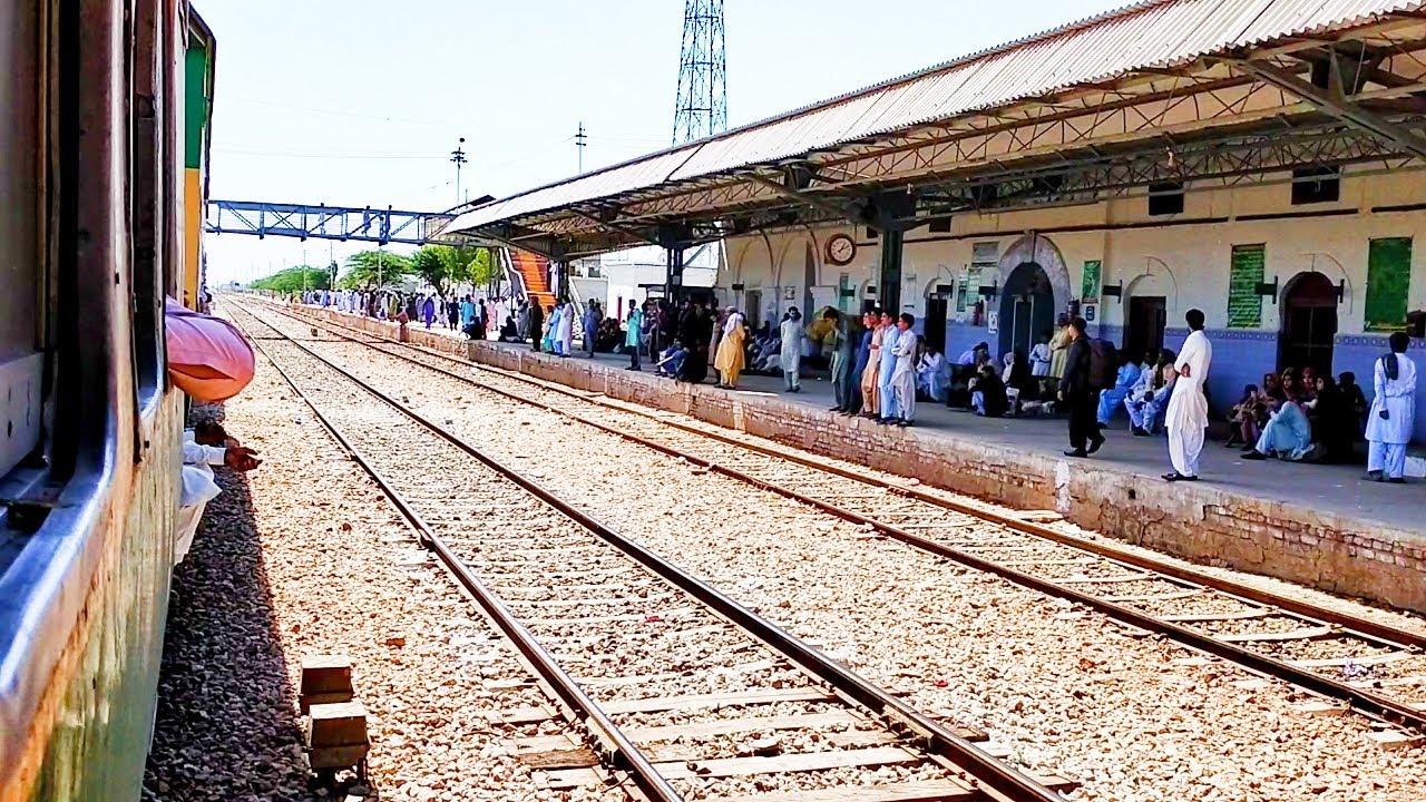 Pakistan Railways:14dn Awam Express reaching & departing Mehrabpur Railway Station