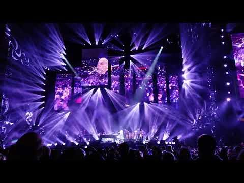 Billy Joel sings Piano Man at Wrigley Field