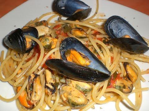 Ricetta spaghetti con cozze e pomodoro youtube for Cucinare le cozze