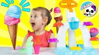 Erika juega Heladería con una máquina de helados de juguete Play-Doh   Erika Golubeva