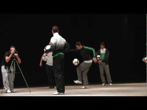 Cristiano Ronaldo and Mike Delaney - football freestyling (mobile version)