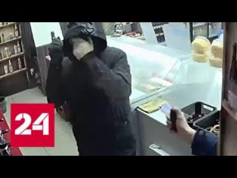 Битва продавца и грабителя с молотком попала на видео - Россия 24