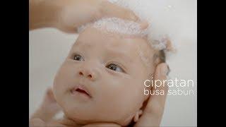 vuclip Kenali si Kecil – Lindungi Mata Bayi Saat Mandi