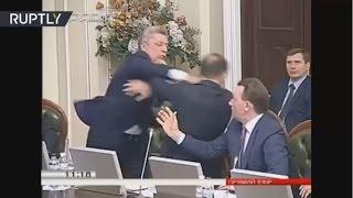 بالفيديو: جلسة برلمانية تتحول لمباراة ملاكمة في أوكرانيا