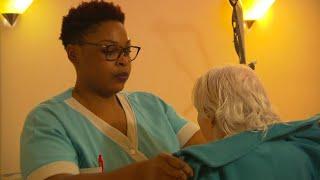 EHPAD : le rythme infernal de la journée d'une aide-soignante - Le Magazine de la santé
