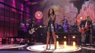 Selena Gomez ( Селена Гомес ) поёт в живую