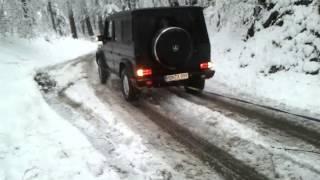 G55 AMG zieht auto bergauf aus graben