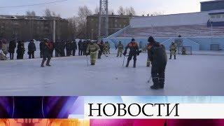 В необычный хоккей сыграли спасатели и пожарные в Новосибирске.