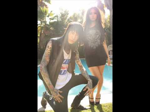 Brenda Song and Trace Cyrus are expecting a baby!!! =)