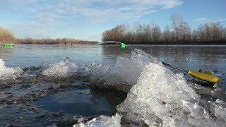 Зимняя рыбалка с отцом. Нашли место, где рыба не давала скучать. Первый лёд 2018 на реке