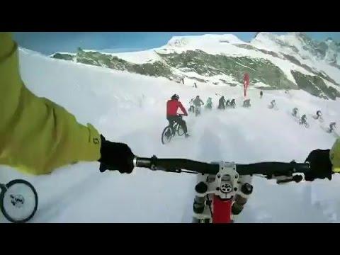 Спуск на велосипедах с горы по снегу