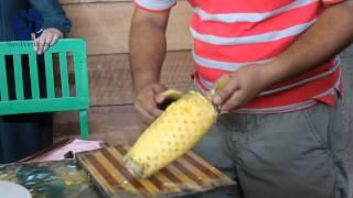 Как чистить ананас. Супер способ!(Как чистить ананас. Супер способ! Ананас является символом достатка и благополучия. Но есть один нюанс,..., 2015-01-22T12:05:43.000Z)